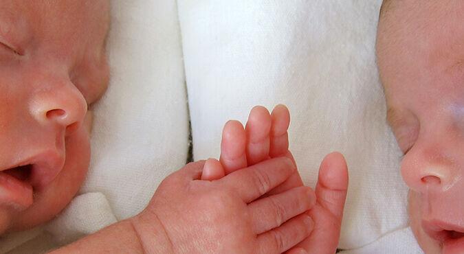 ¿Cómo son los embarazos de gemelos? | Más Abrazos by Huggies
