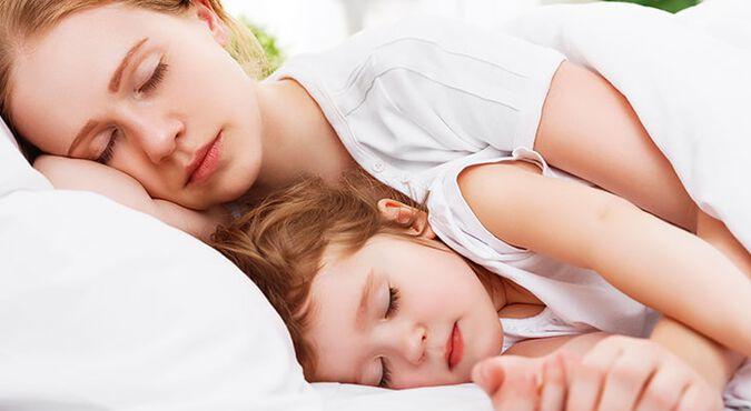 Madre e hija durmiendo