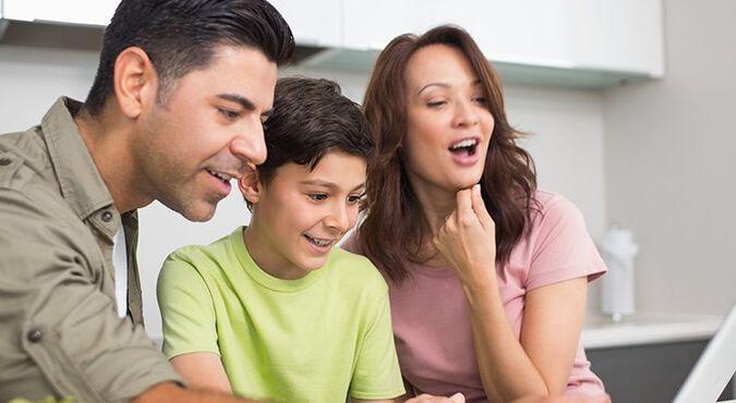 Familia viendo el computador